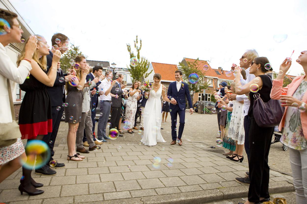 Spontane trouwfoto's bruidsfotografie bruiloft erehaag gasten bruidspaar Katwijk aan Zee