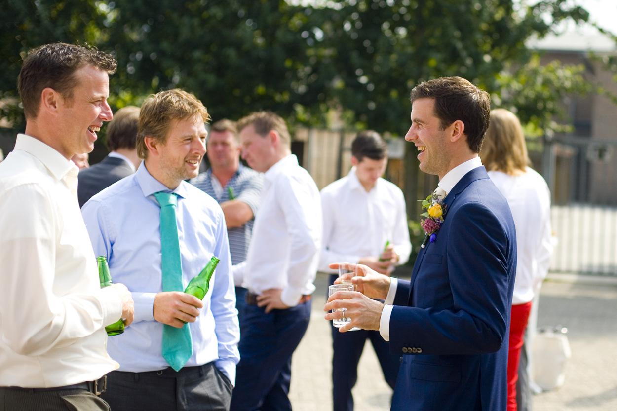 Spontane trouwfoto's bruidsfotografie bruiloft gasten bruidegom Katwijk aan Zee