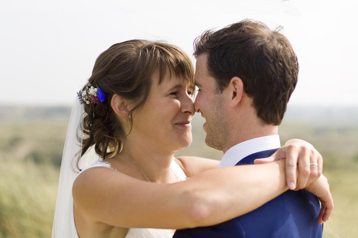 Spontane trouwfoto's bruidsfotografie bruiloft trouwreportage bruidspaar duinen Katwijk aan Zee
