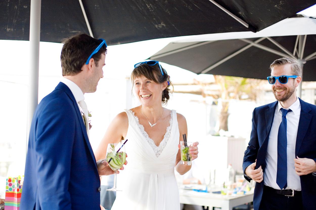 Spontane trouwfoto's bruidsfotografie bruiloft bruidspaar zonnebrillen Willie Zuid