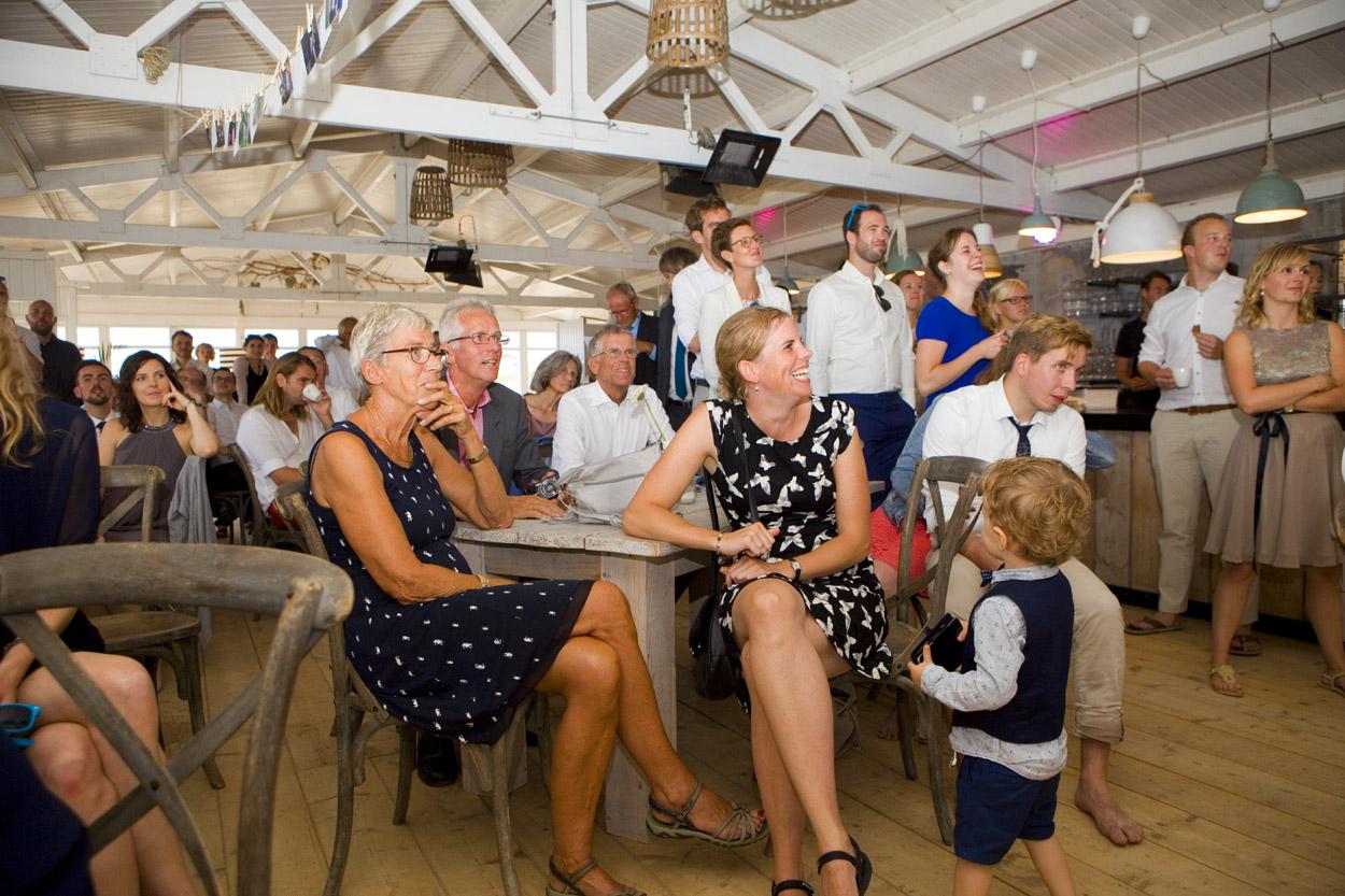 Spontane trouwfoto's bruidsfotografie bruiloft trouwfeest bruidspaar speeches Willie Zuid Katwijk aan Zee