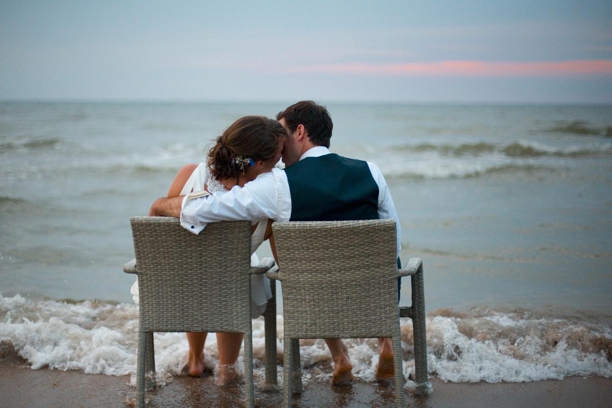 Spontane trouwfoto's bruidsfotografie bruiloft bruidspaar kus branding zonsondergang Willie Zuid Katwijk aan Zee