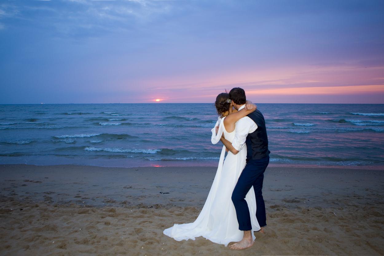 Spontane trouwfoto's bruidsfotografie bruiloft trouwreportage bruidspaar strand zonsondergang Willie Zuid Katwijk aan Zee