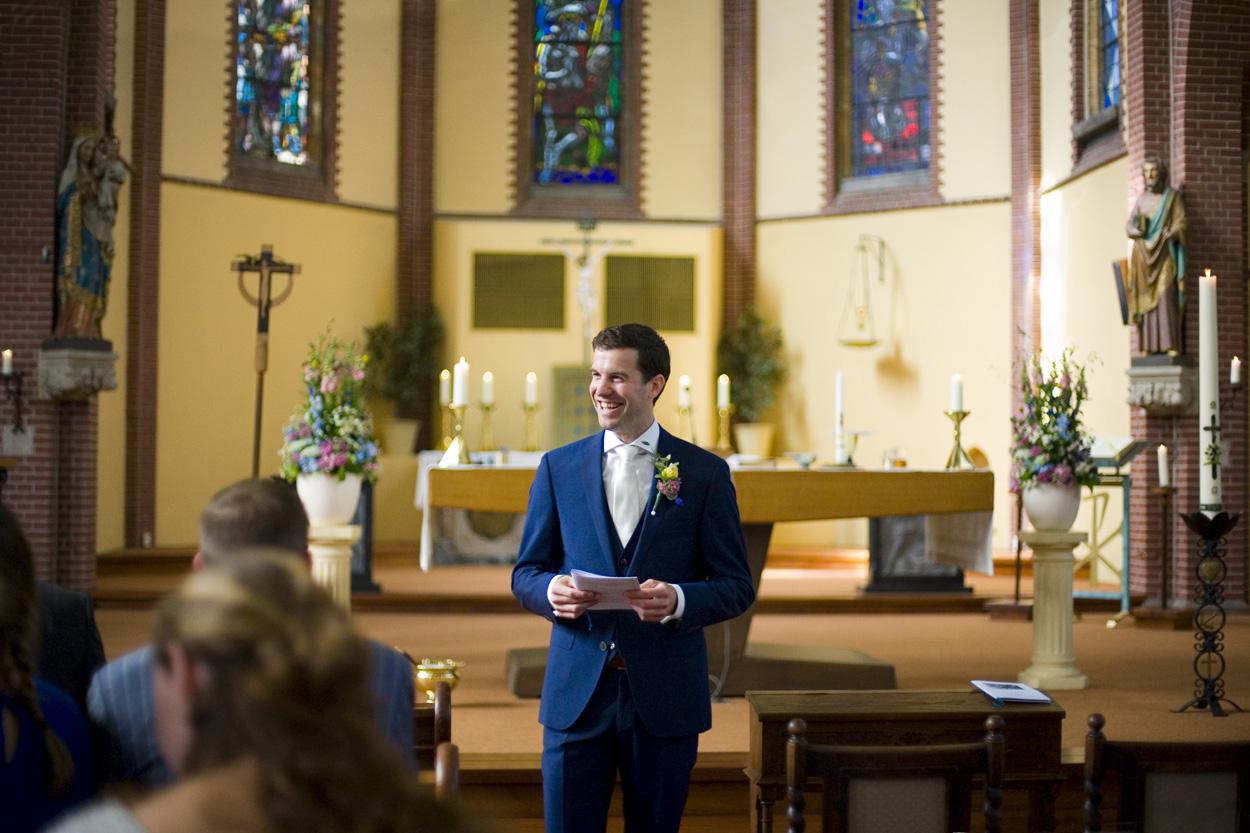 Spontane trouwfoto's bruidsfotografie bruiloft bruidegom kerkelijke inzegening Joannes de Doperkerk Katwijk aan Zee