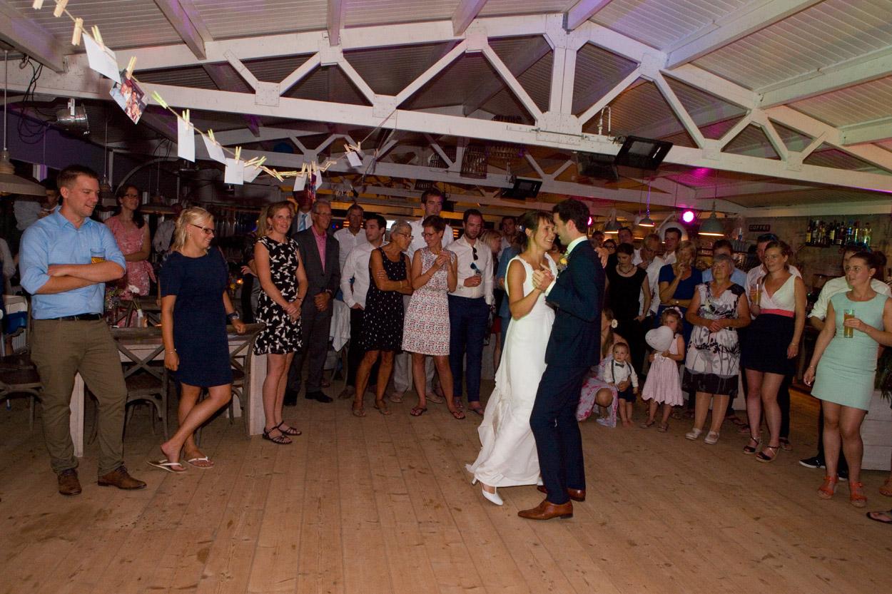 Spontane trouwfoto's bruidsfotografie bruiloft trouwfeest eerste dans bruidspaar Willie Zuid Katwijk aan Zee