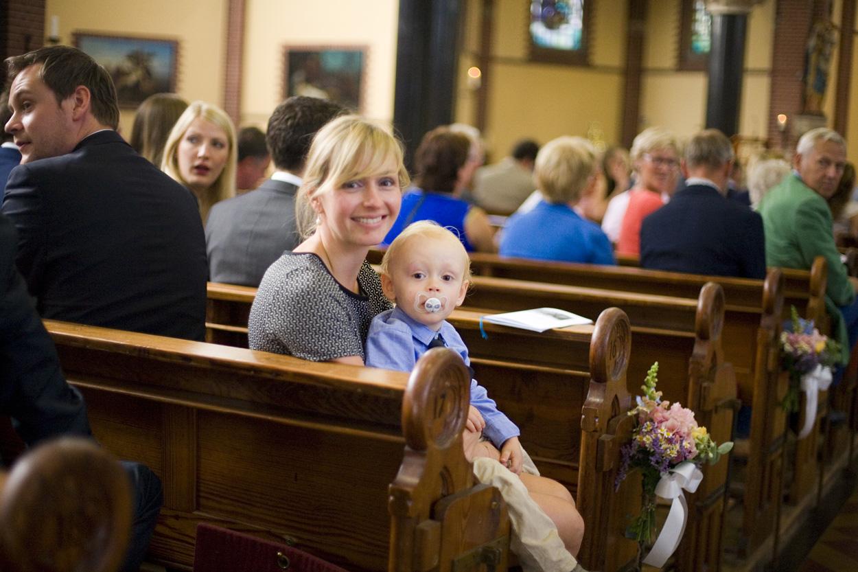 Spontane trouwfoto's bruidsfotografie gasten bruiloft kerkelijke inzegening Joannes de Doperkerk Katwijk aan Zee