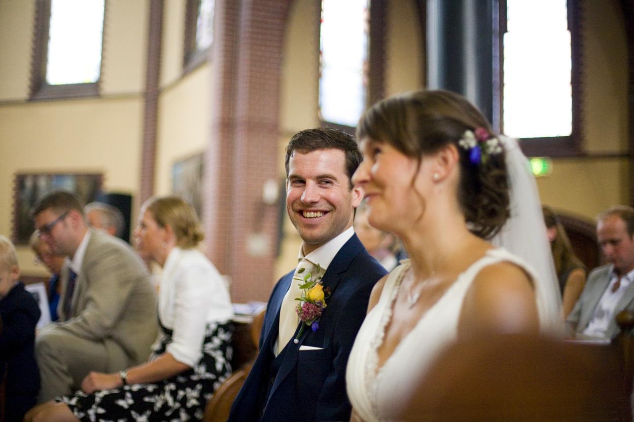 Spontane trouwfoto's bruidsfotografie bruiloft bruidspaar kerkelijke inzegening Joannes de Doper
