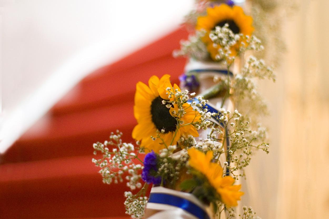 Bruidsfotografie bruiloft zonnebloemen decoraties trap ouderlijk huis Den Haag