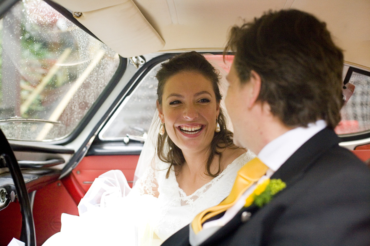 Bruidsfotografie bruiloft bruidspaar in auto Volvo P1800
