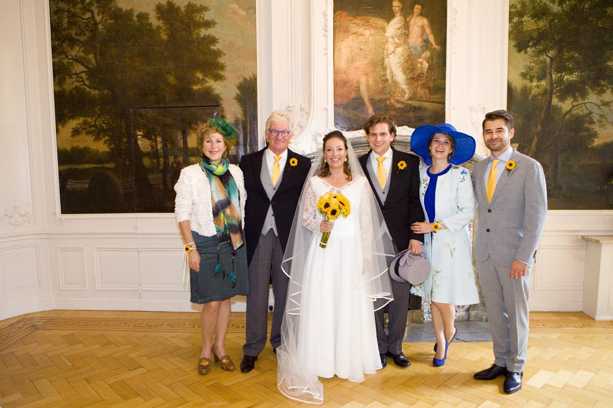 familieportret met bruidspaar bruiloft Kasteel De Wittenburg Wassenaar  bruiloft groepsfoto familie bruidspaar Kasteel De Wittenburg Wassenaar
