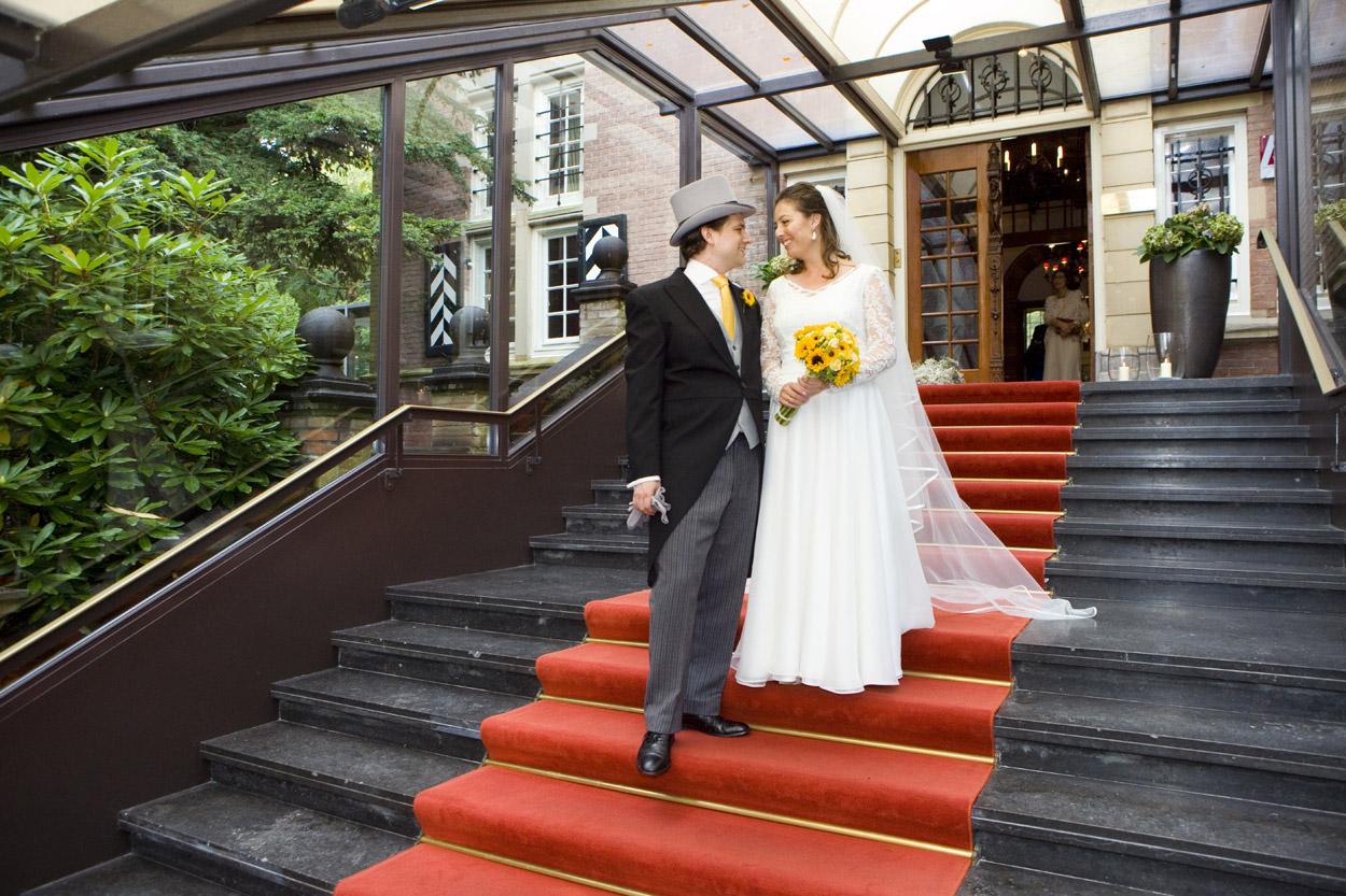 Bruidsfotografie bruiloft trouwreportage rode loper bruidspaar Kasteel De Wittenburg Wassenaar