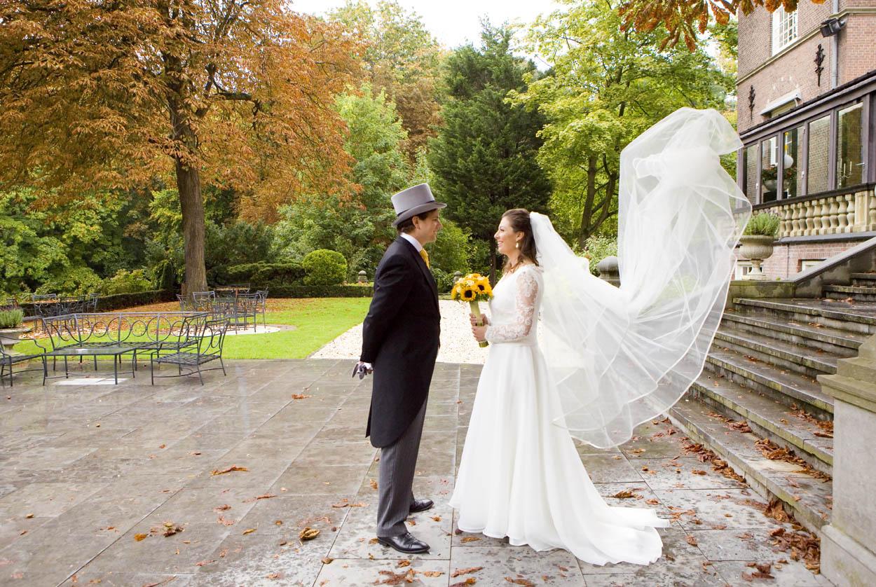 Bruidsfotografie bruiloft trouwreportage bruidspaar trouwjurk sluier Kasteel De Wittenburg Wassenaar