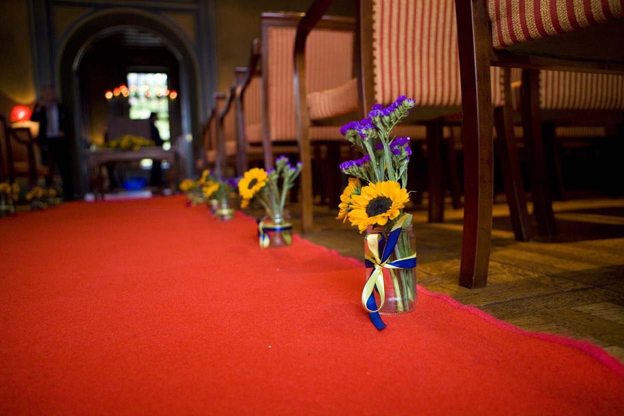 Bruidsfotografie decoraties zonnebloemen rode loper ceremonie Kasteel De Wittenburg Wassenaar