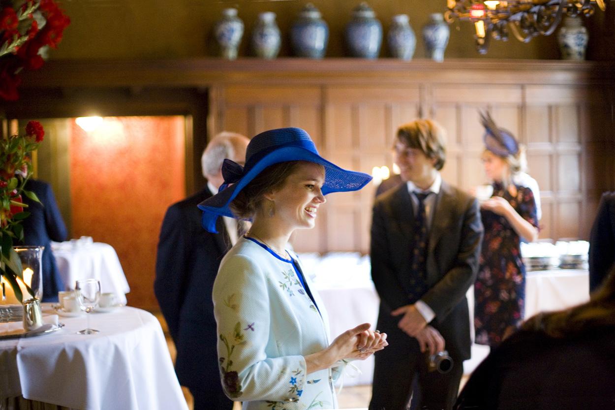 Vrouw met hoed bij bruiloft Kasteel De Wittenburg Wassenaar