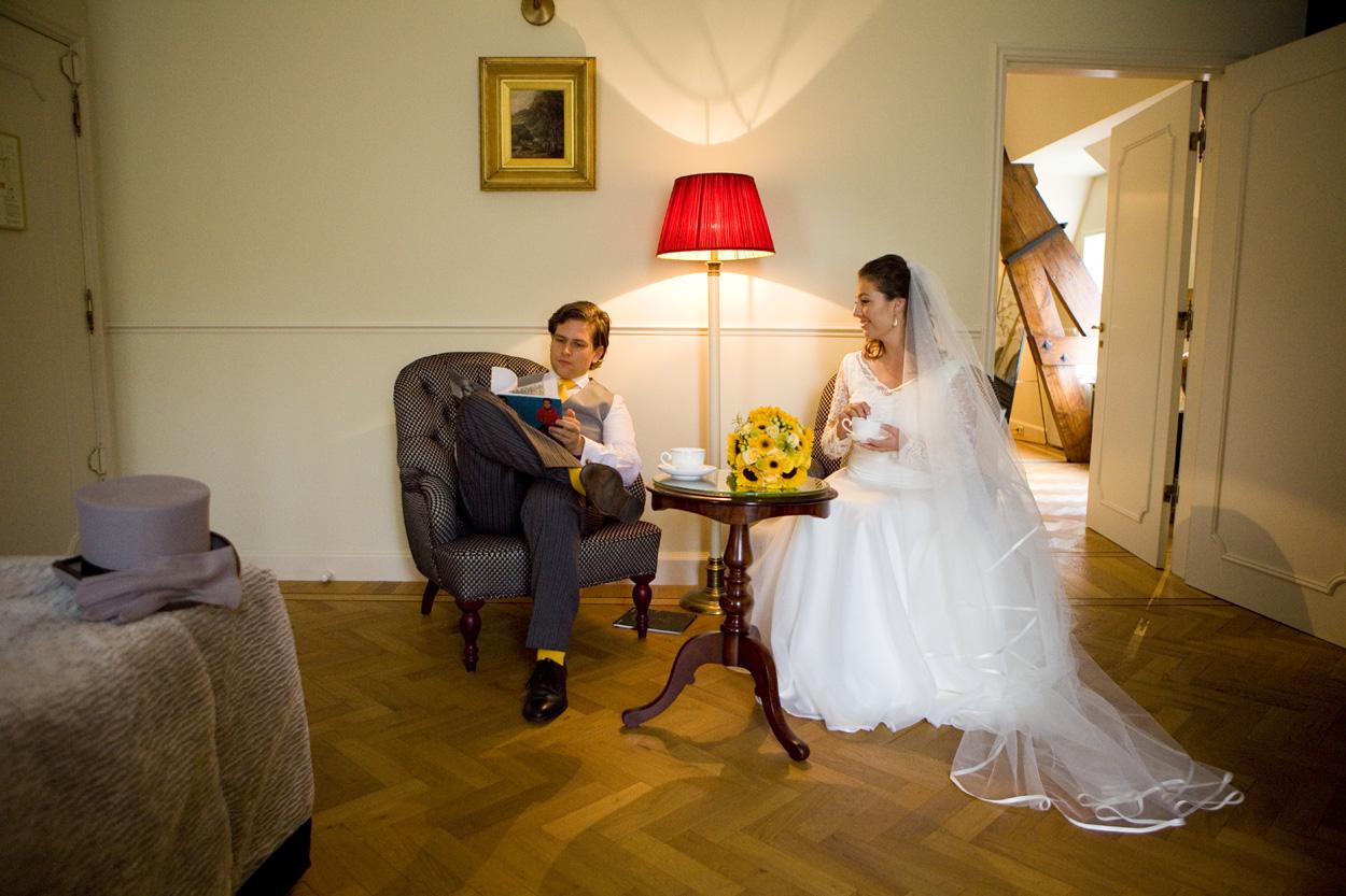 Bruidsfotografie bruidspaar hotelkamer Kasteel De Wittenburg Wassenaar