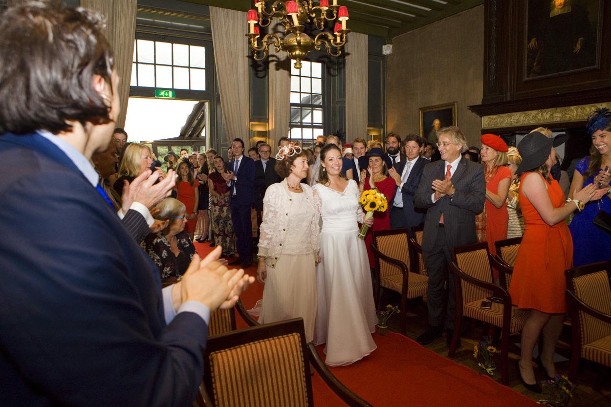 Bruidsfotografie bruiloft entree bruid met moeder Kasteel De Wittenburg Wassenaar