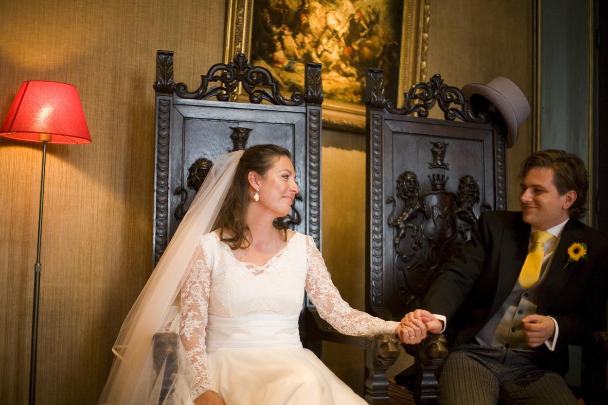 bruidspaar tijdens ceremonie bruiloft Kasteel De Wittenburg Wassenaar  bruiloft trouwplechtigheid ceremonie bruidspaar Kasteel De Wittenburg Wassenaar
