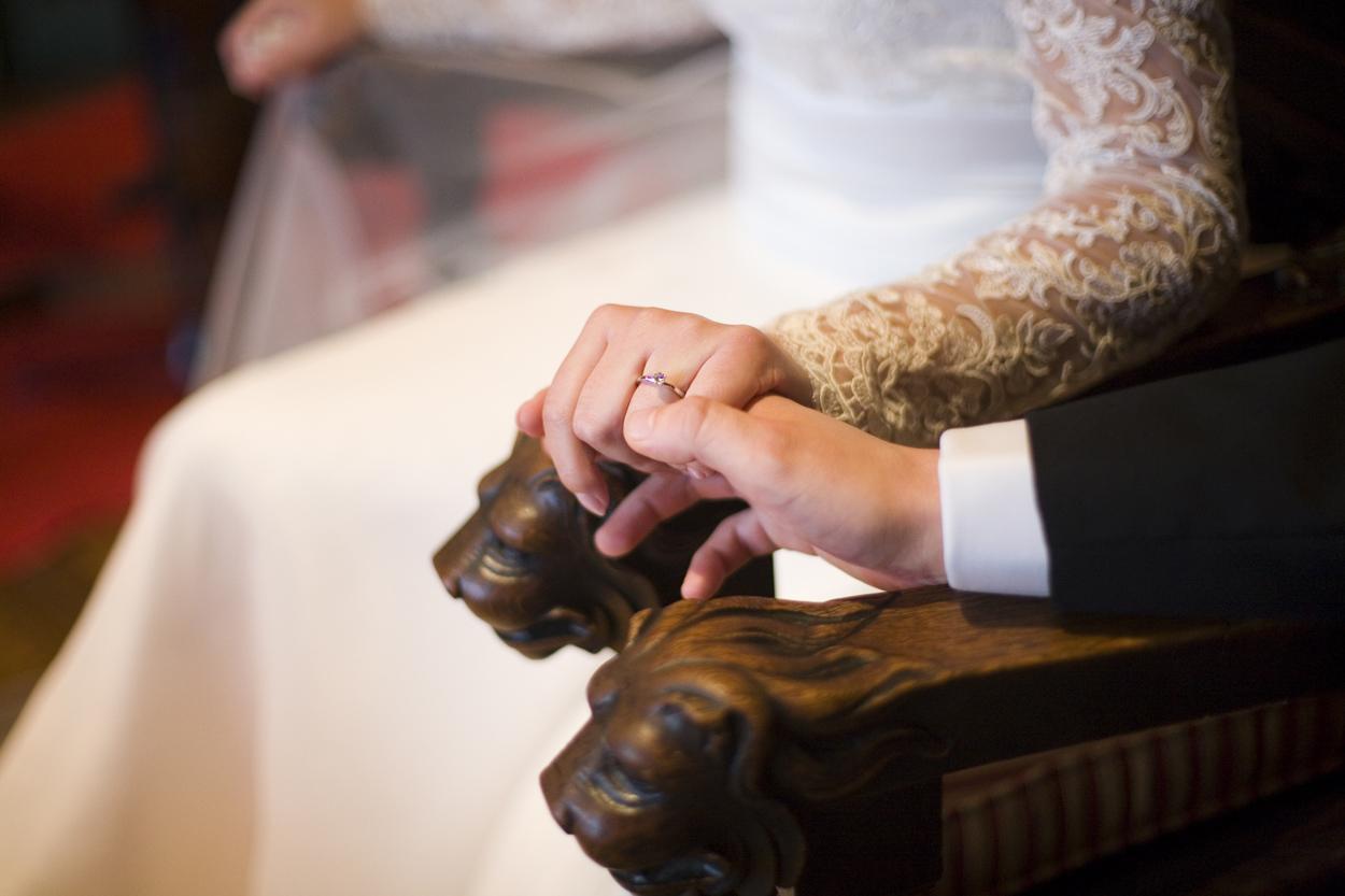 handen bruidspaar tijdens ceremonie bruiloft Kasteel De Wittenburg Wassenaar