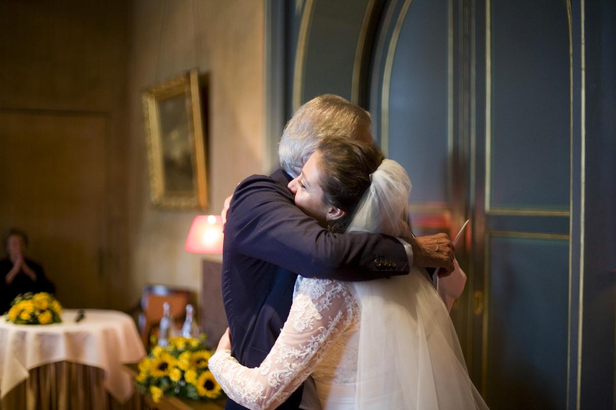 Bruidsfotografie bruiloft omhelzing bruid ceremonie Kasteel De Wittenburg Wassenaar