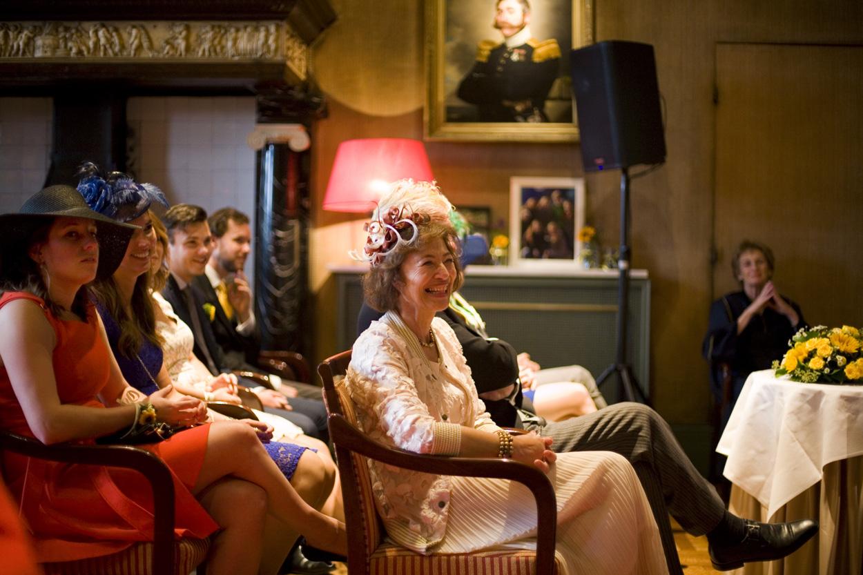 Bruidsfotografie bruiloft trouwplechtigheid gasten ceremonie bruidspaar Kasteel De Wittenburg Wassenaar
