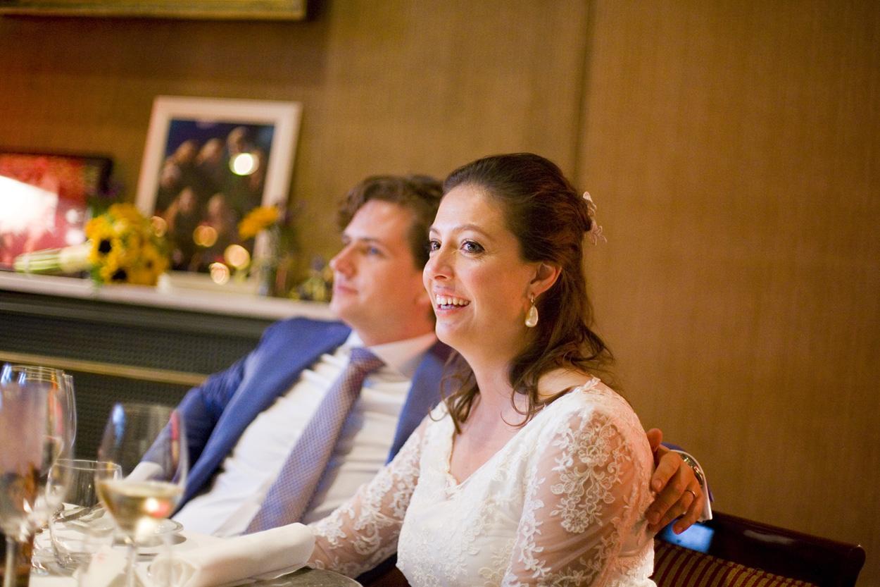 Bruidsfotografie bruiloft diner bruidspaar Kasteel De Wittenburg Wassenaar