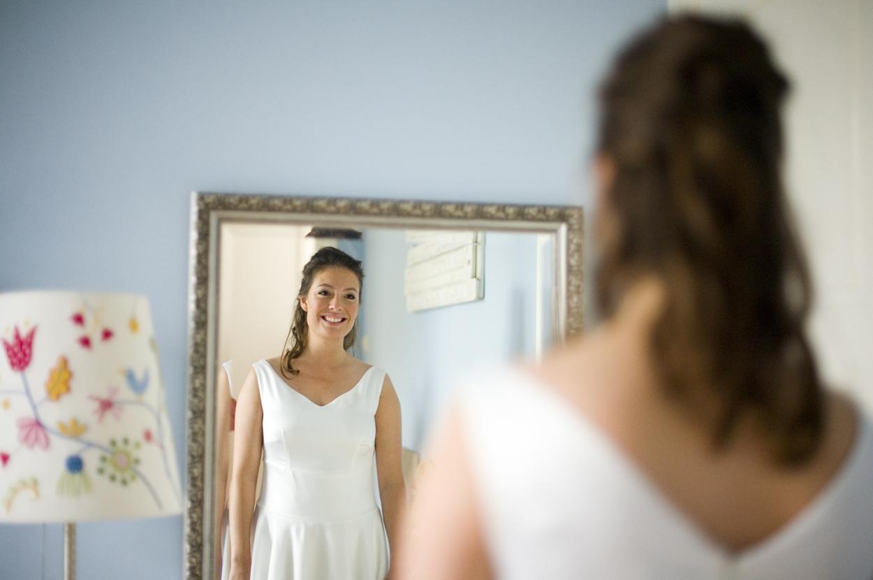 Bruidsfotografie bruiloft bruid in trouwjurk ouderlijk huis Den Haag