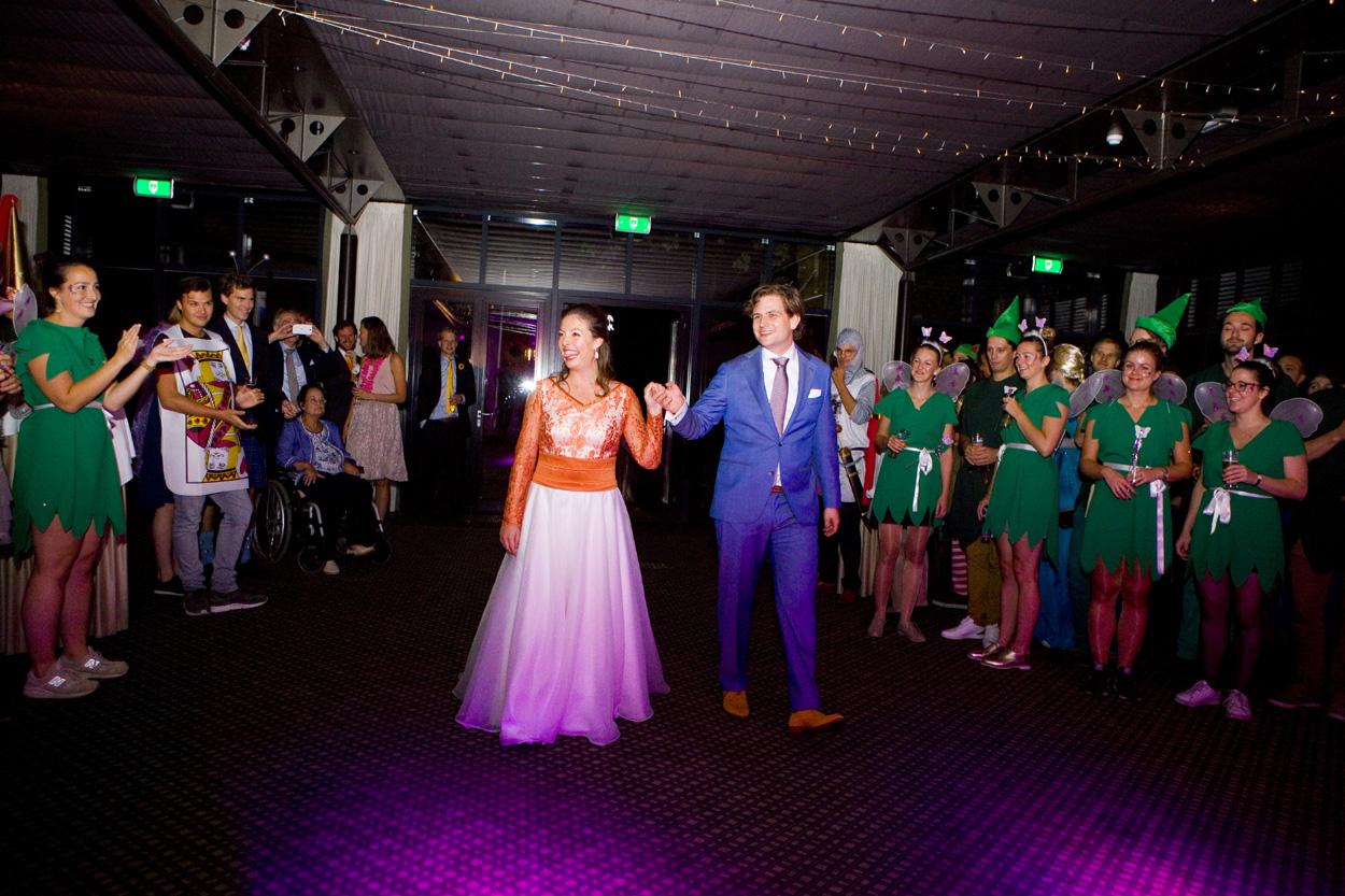 bruidspaar op trouwfeest themafeest bruiloft Kasteel De Wittenburg Wassenaar  bruiloft entree bruidspaar trouwfeest fancy dress Kasteel De Wittenburg Wassenaar