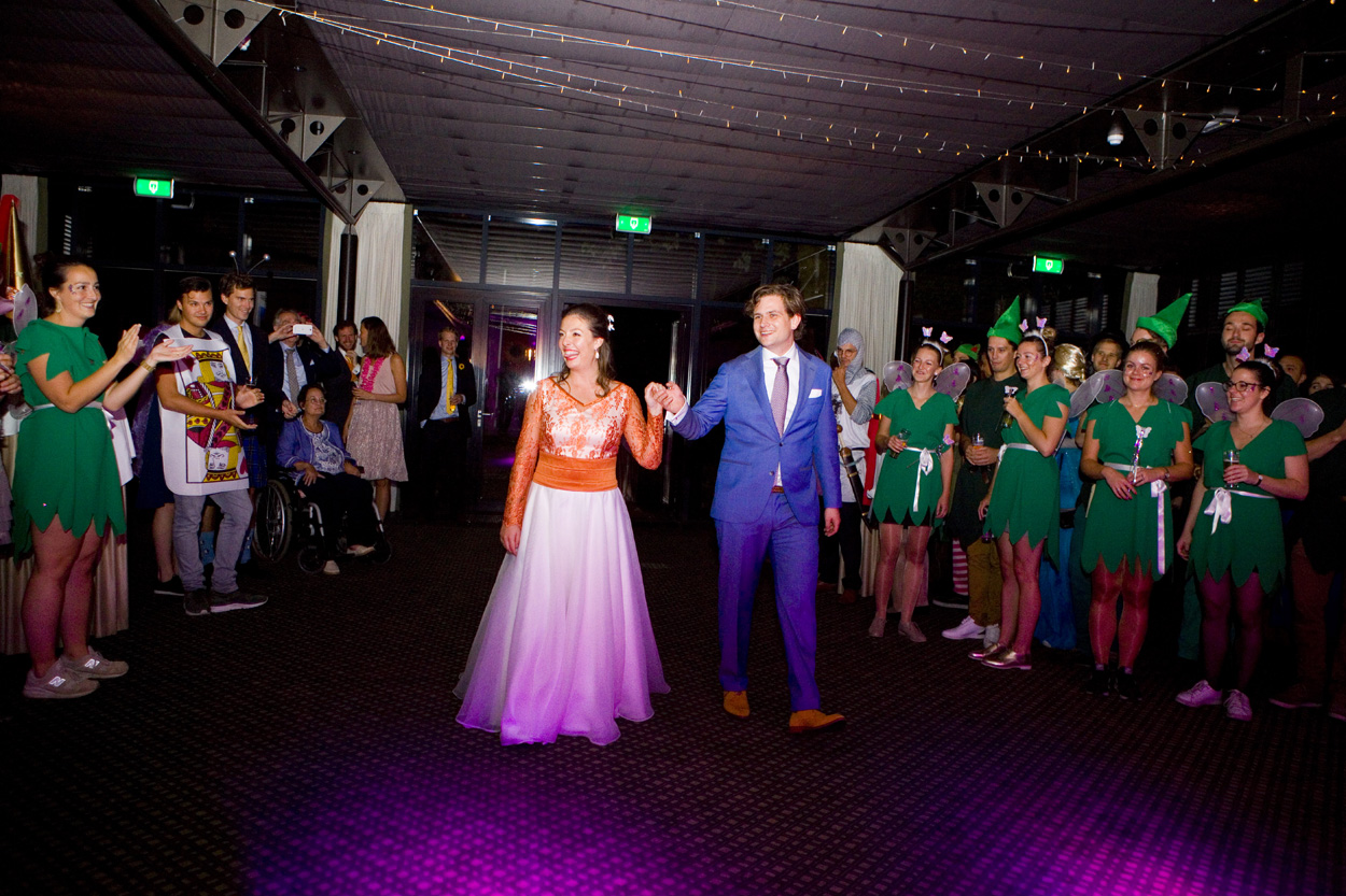 Bruidsfotografie bruiloft entree bruidspaar trouwfeest fancy dress Kasteel De Wittenburg Wassenaar