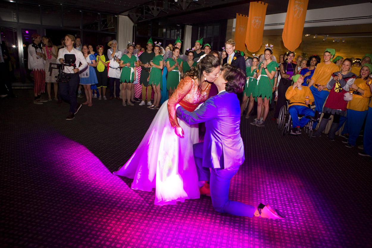 kus bruidspaar op dansvloer trouwfeest eerste dans themafeest bruiloft Kasteel De Wittenburg Wassenaar e bruiloft trouwfeest eerste dans bruidspaar Kasteel De Wittenburg Wassenaar