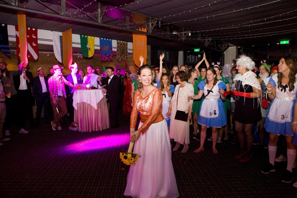 Bruidsfotografie bruiloft trouwfeest bruid boeket gooien Kasteel De Wittenburg Wassenaar