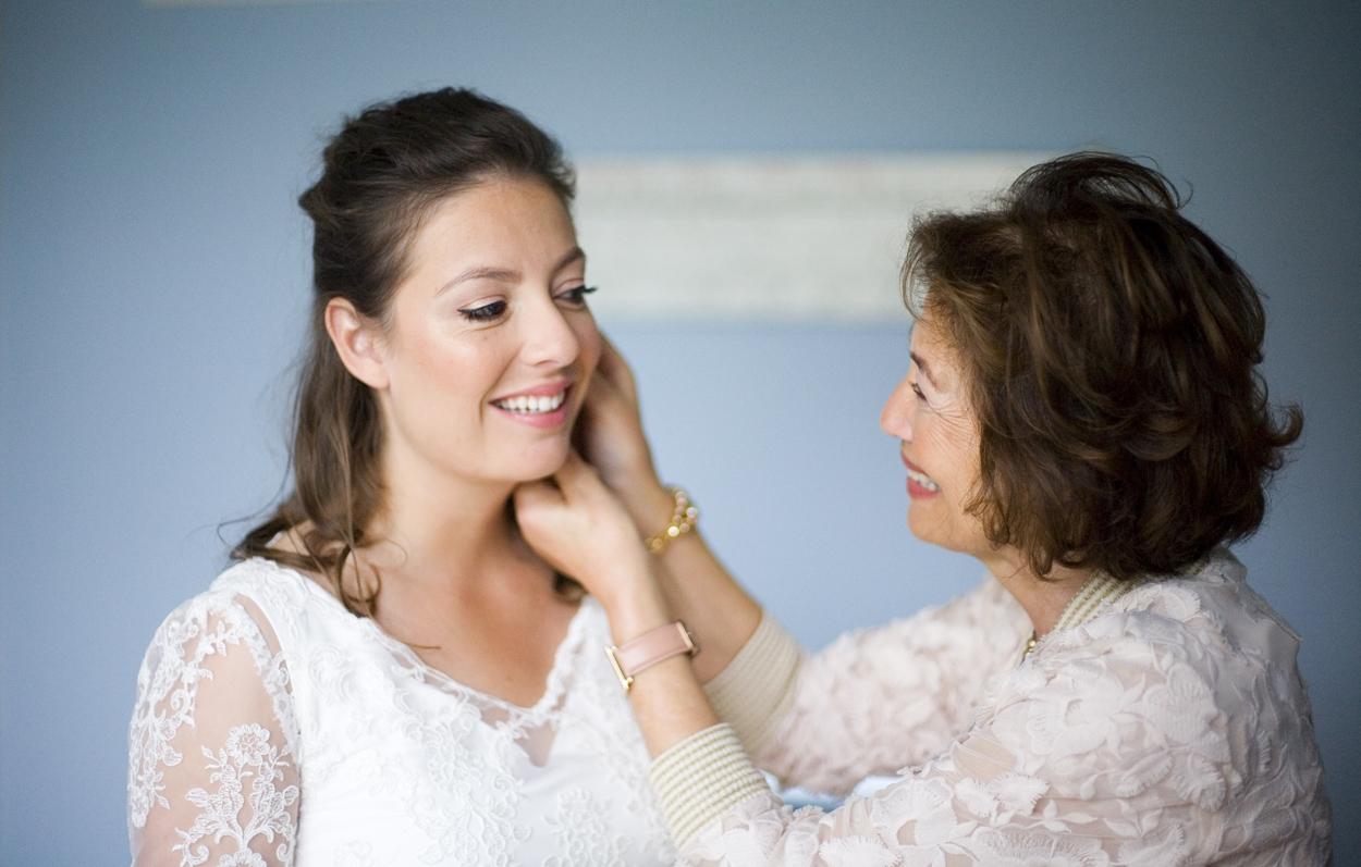 Bruidsfotografie bruiloft voorbereidingen bruid met moeder Den Haag