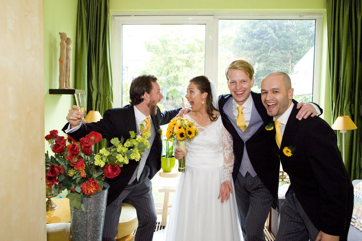 bruid met vrienden in woonkamer bruiloft Kasteel De Wittenburg Wassenaar  bruiloft bruidspersoneel groepsfoto ceremoniemeester