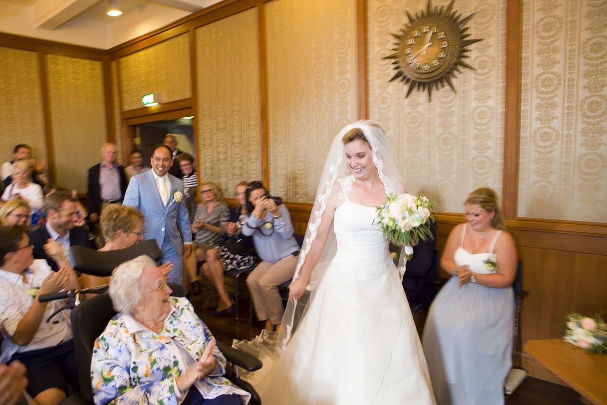 Bruidsfotografie bruiloft aankomst bruidspaar ceremonie Gemeentehuis Noordwijkerhout spontane trouwreportage