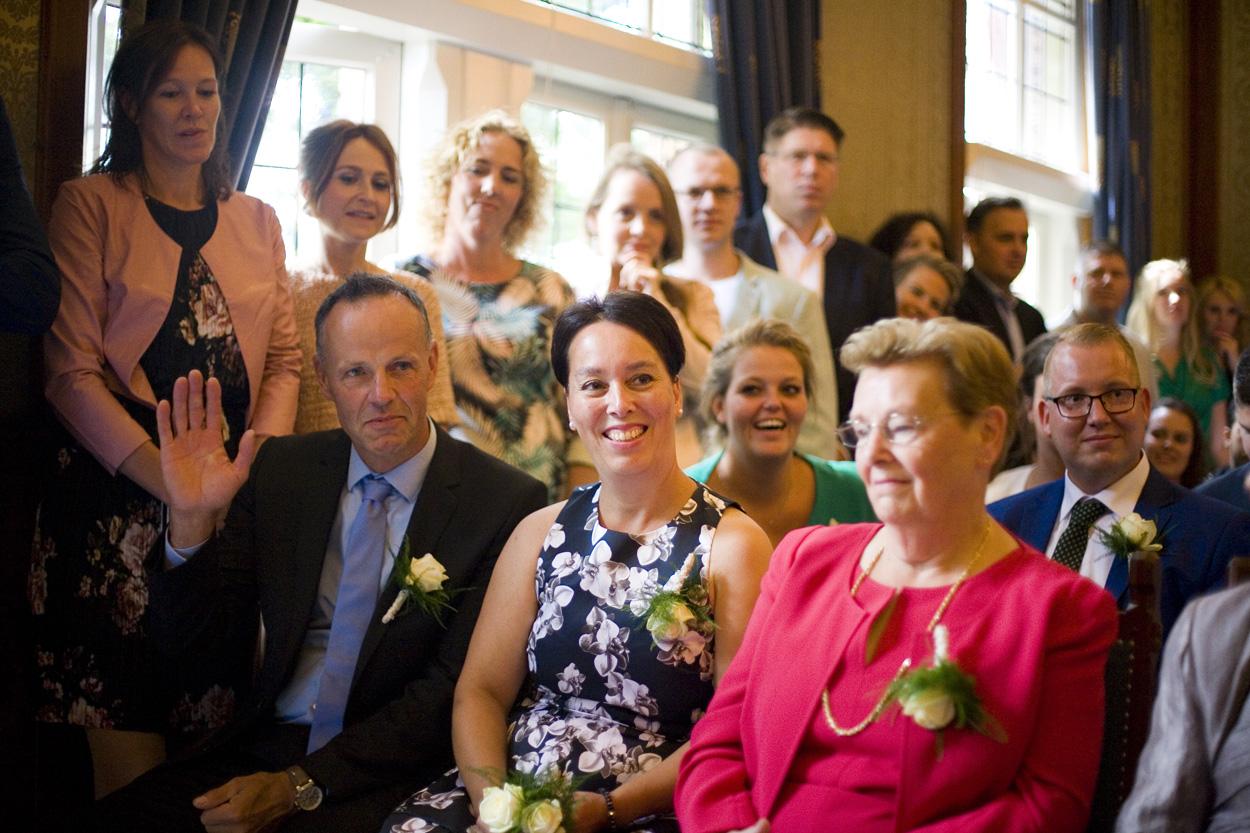 Bruidsfotografie bruiloft aankomst gasten ceremonie Gemeentehuis Noordwijkerhout spontane trouwreportage