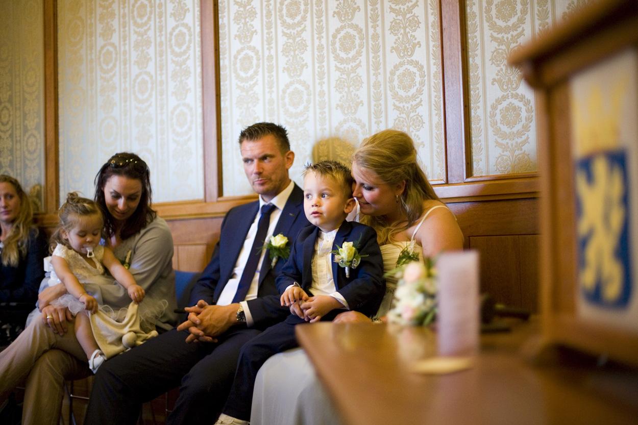 Bruidsfotografie bruiloft gasten ceremonie Gemeentehuis Noordwijkerhout spontane trouwreportage