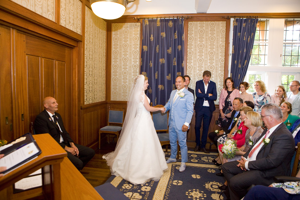 Bruidsfotografie bruiloft jawoord ceremonie Gemeentehuis Noordwijkerhout spontane trouwreportage Noordwijkerhout