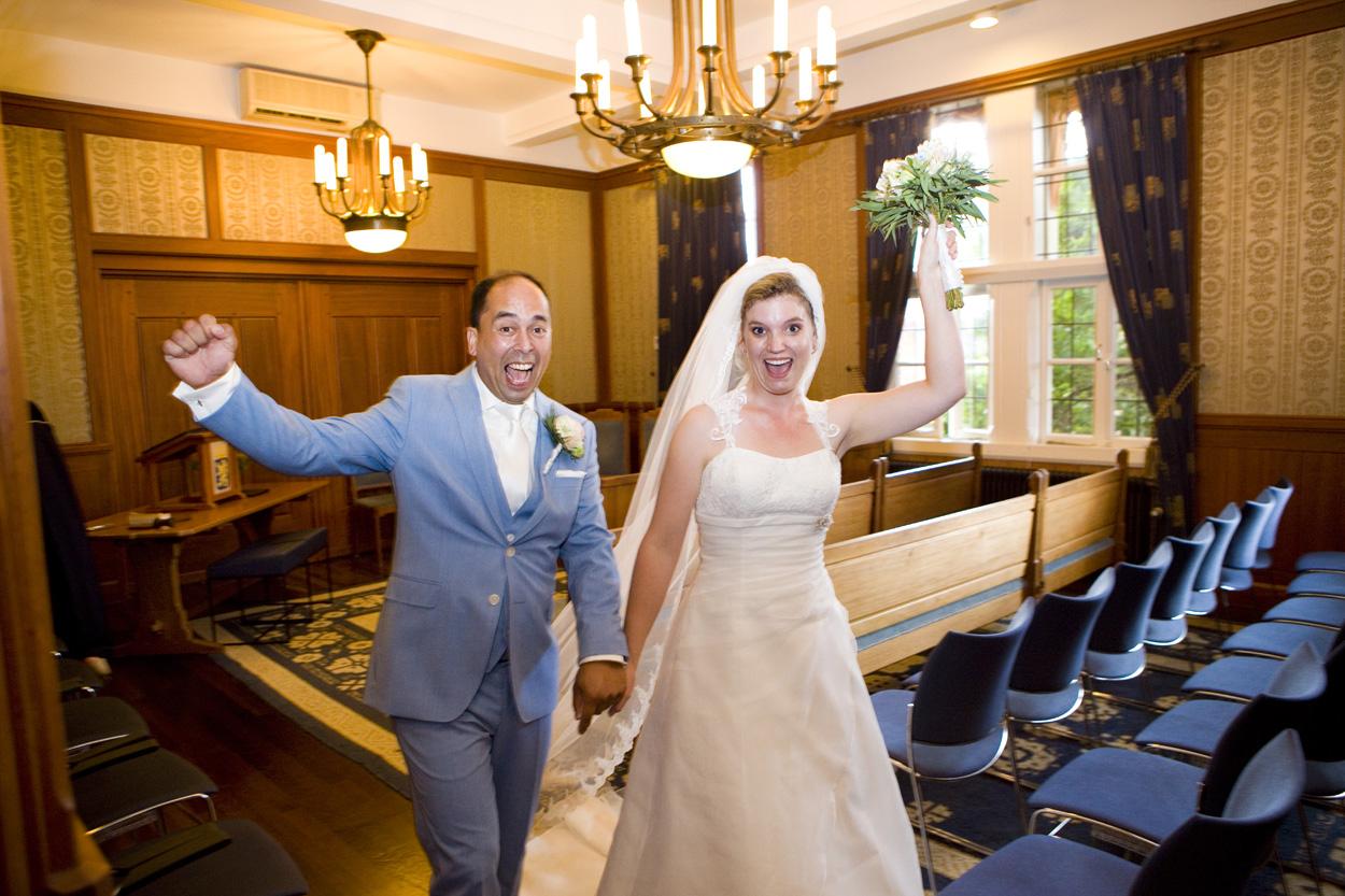 Bruidsfotografie bruiloft juichen bruidspaar ceremonie Gemeentehuis Noordwijkerhout spontane trouwreportage