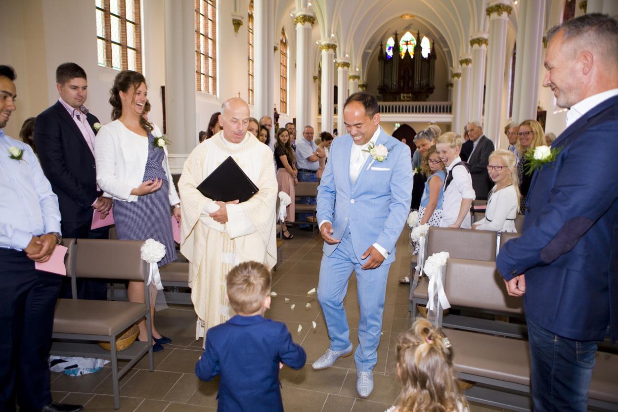 Bruidsfotografie kerkdienst bruidspaar ceremonie St. Victorkerk Noordwijkerhout spontane trouwreportage