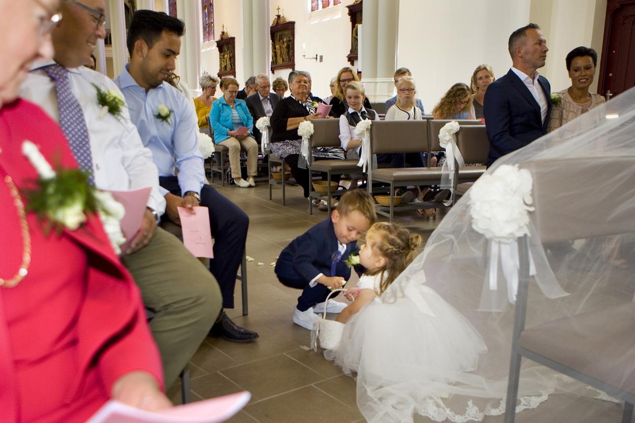 Bruidsfotografie kerkdienst bruidspaar ceremonie St. Victorkerk Noordwijkerhout spontane trouwreportage Noordwijkerhout