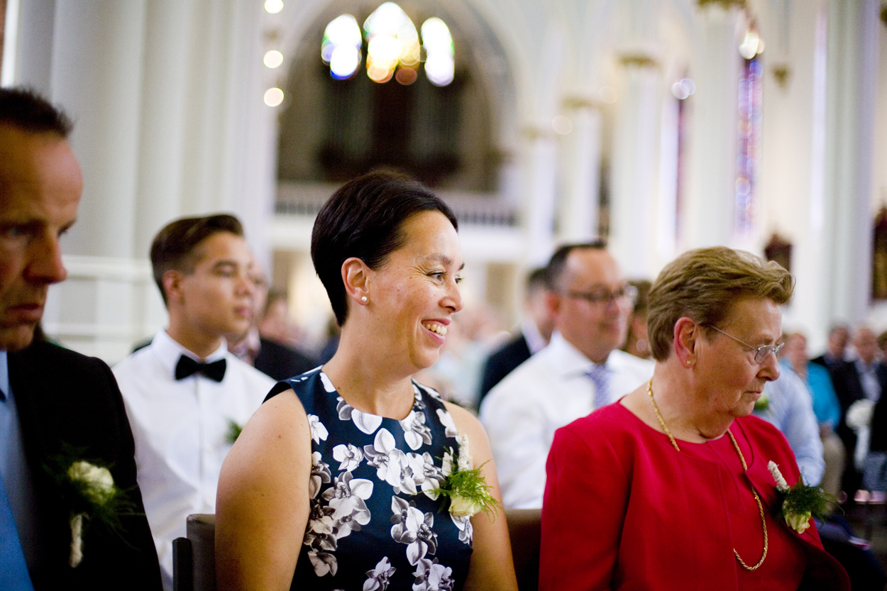 Bruidsfotografie gasten kerkdienst ceremonie St. Victorkerk Noordwijkerhout spontane trouwreportage