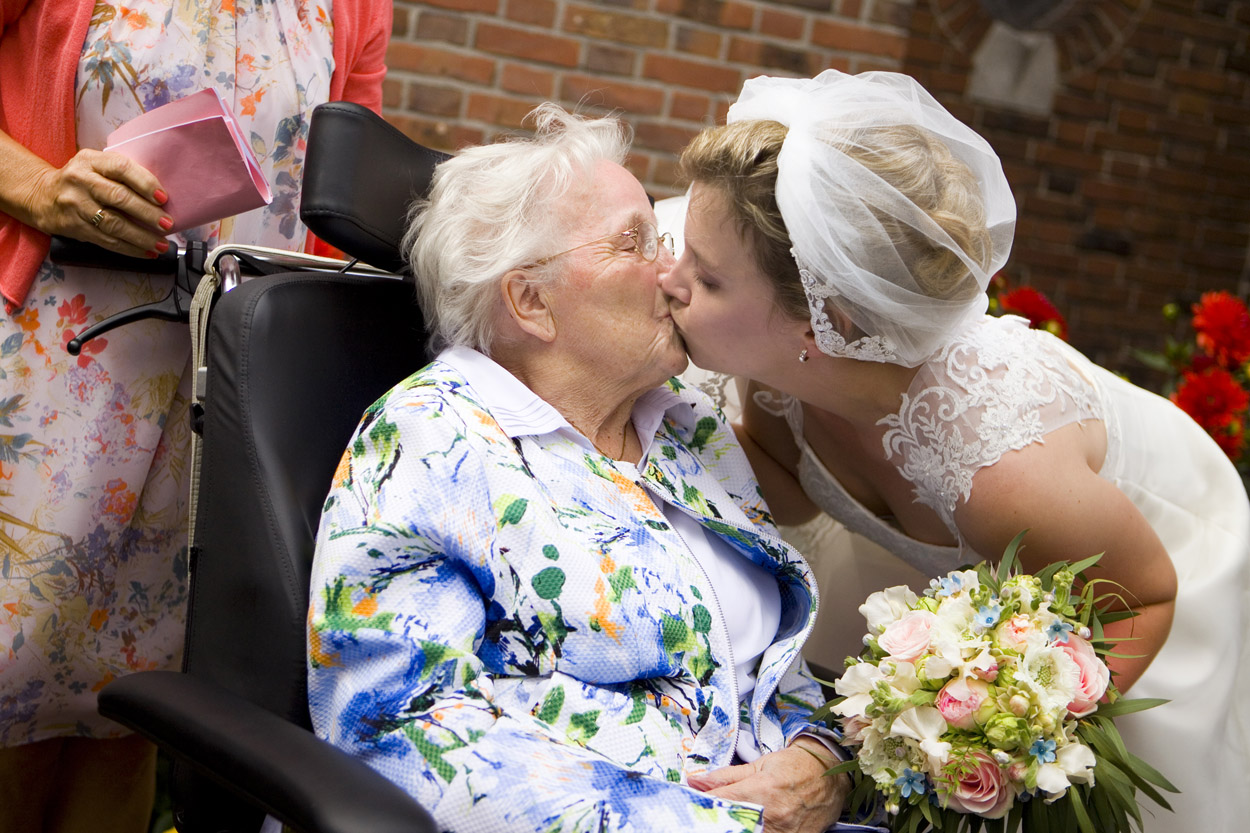 Bruidsfotografie bruiloft bruid kust oma St. Victorkerk Noordwijkerhout spontane trouwreportage