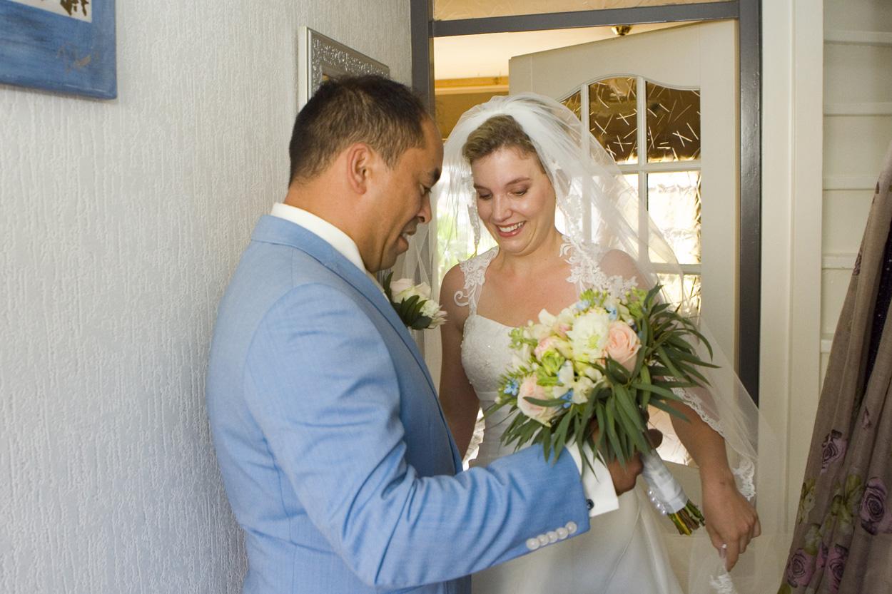 Bruidsfotografie bruiloft bruidegom thuis ophalen bruidspontane trouwreportage Noordwijkerhout
