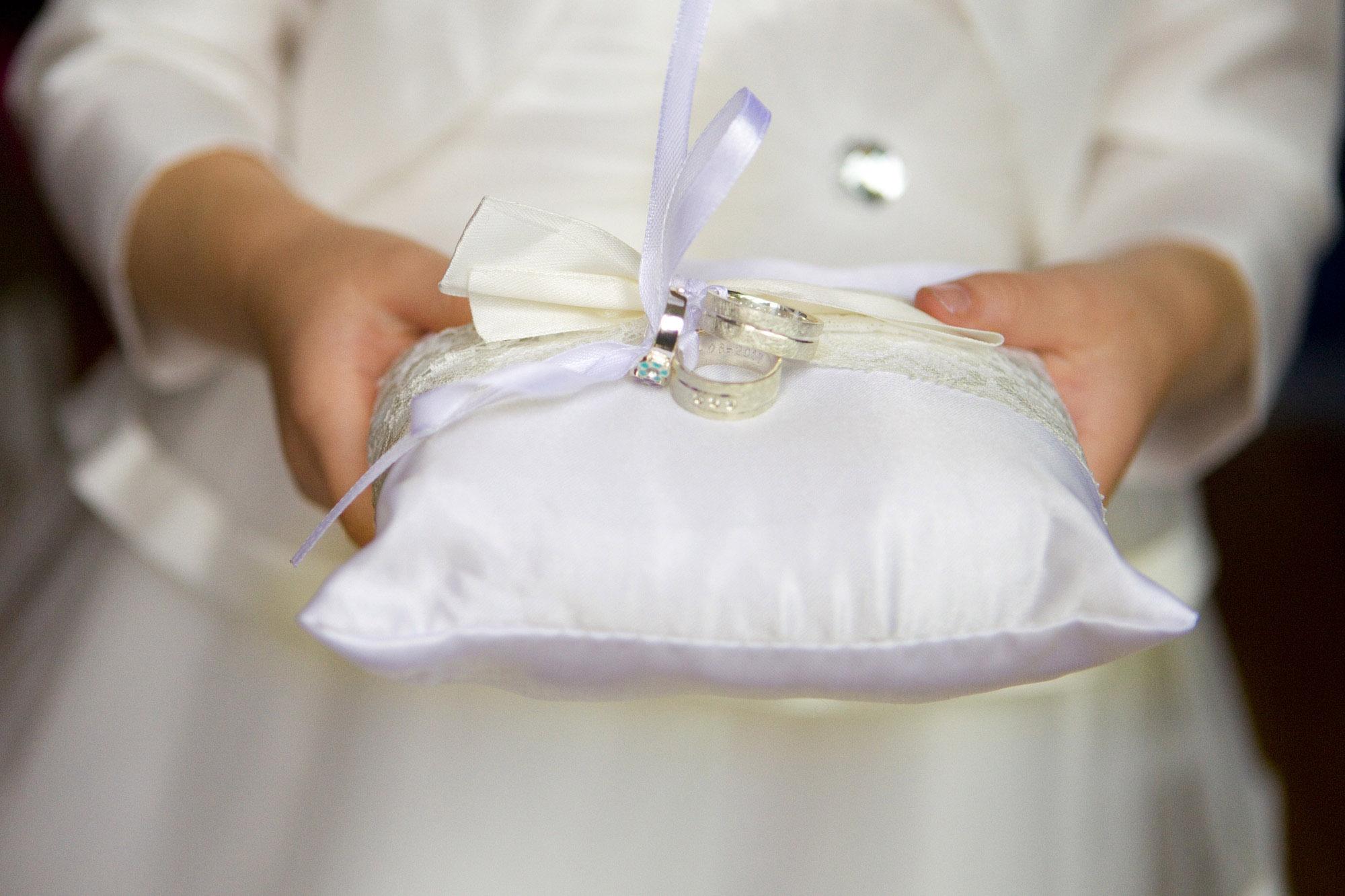 Bruidsfotografie bruidsmeisje ringkussentje