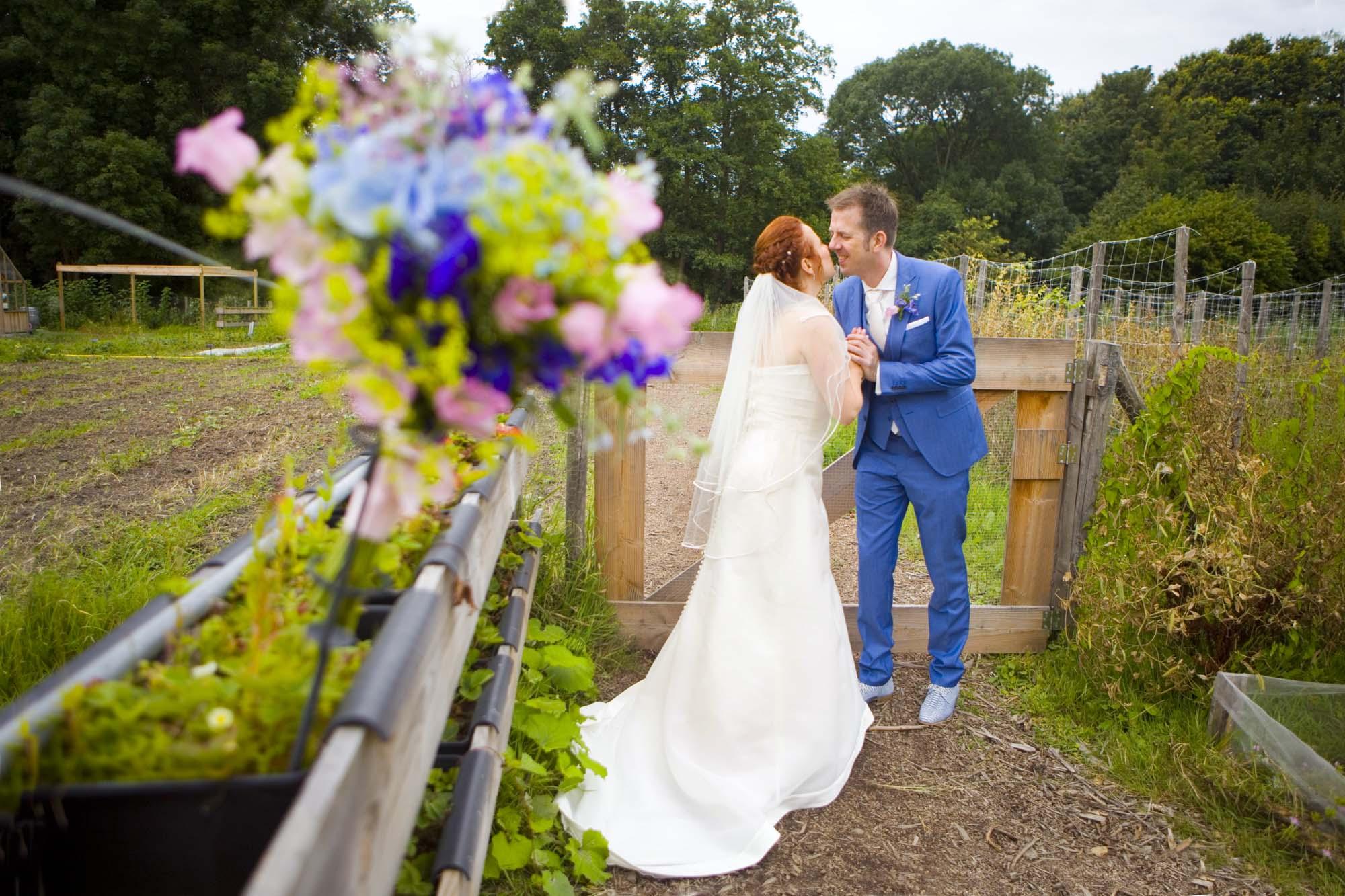 Bruidsfotografie bruiloft trouwreportage moestuin Delftse Hout