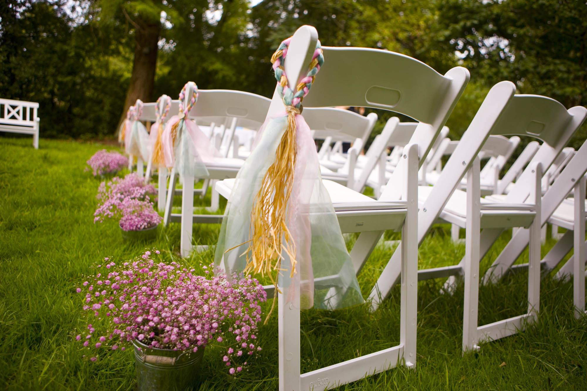 Bruidsfotografie bruiloft decoraties ceremonie buiten Hertenhorst Delft