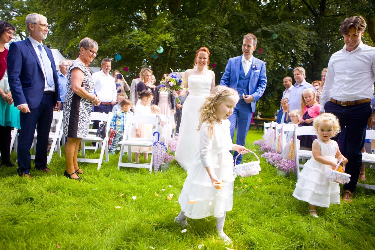 Bruidsmeisjes strooien bloemblaadjes bij ceremonie bruiloft De Hertenhorst Delft