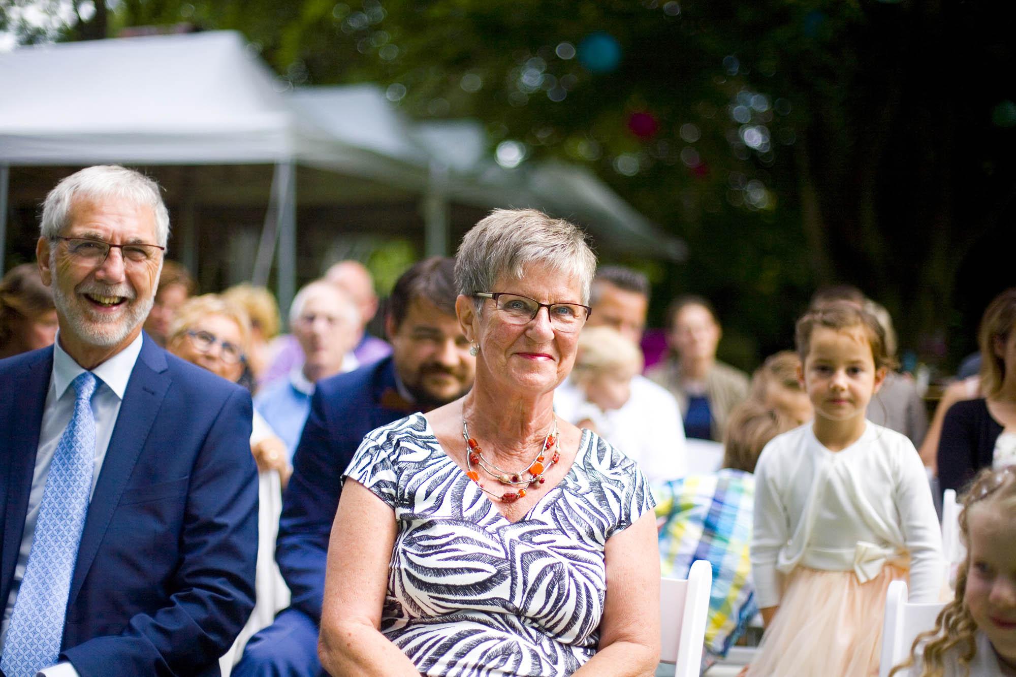 Bruidsfotografie bruiloft ouders bruidspaar ceremonie buiten Hertenhorst Delft