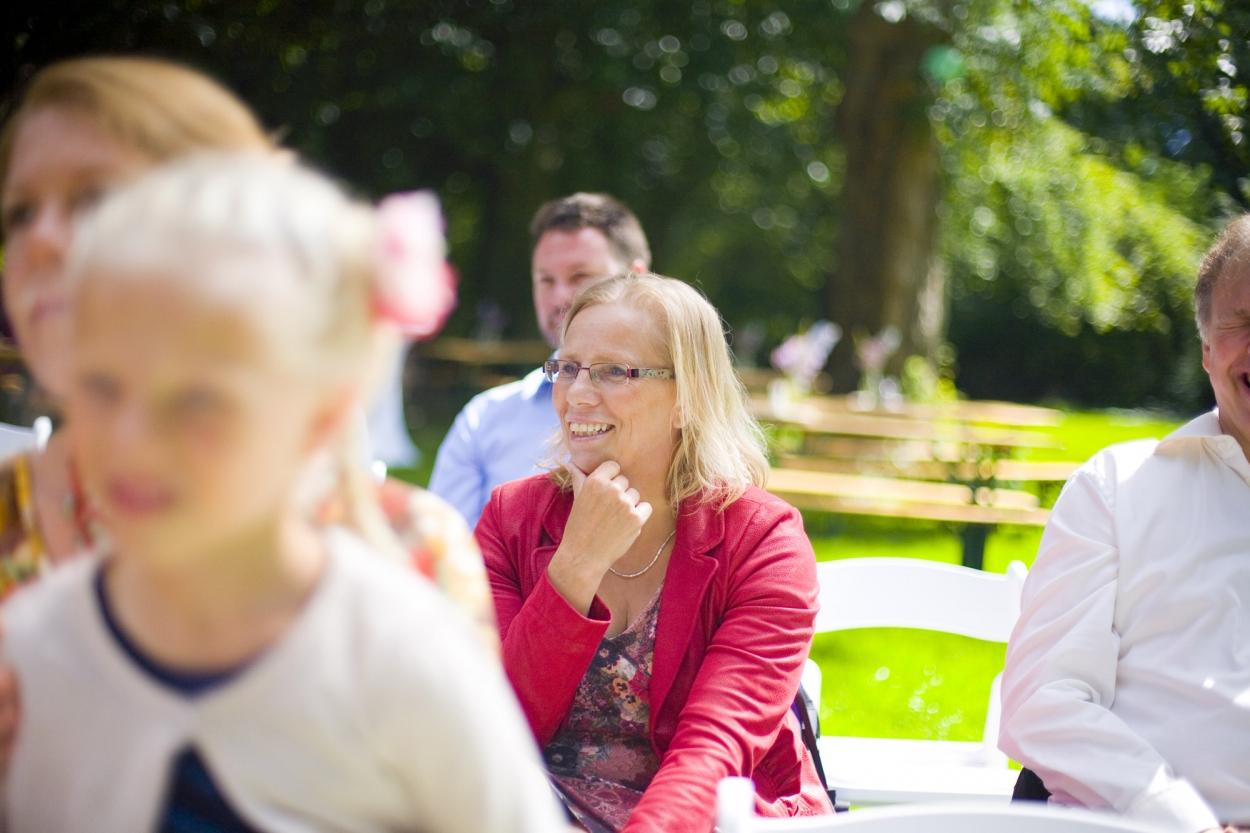Bruidsfotografie bruiloft gasten ceremonie buiten Hertenhorst Delft