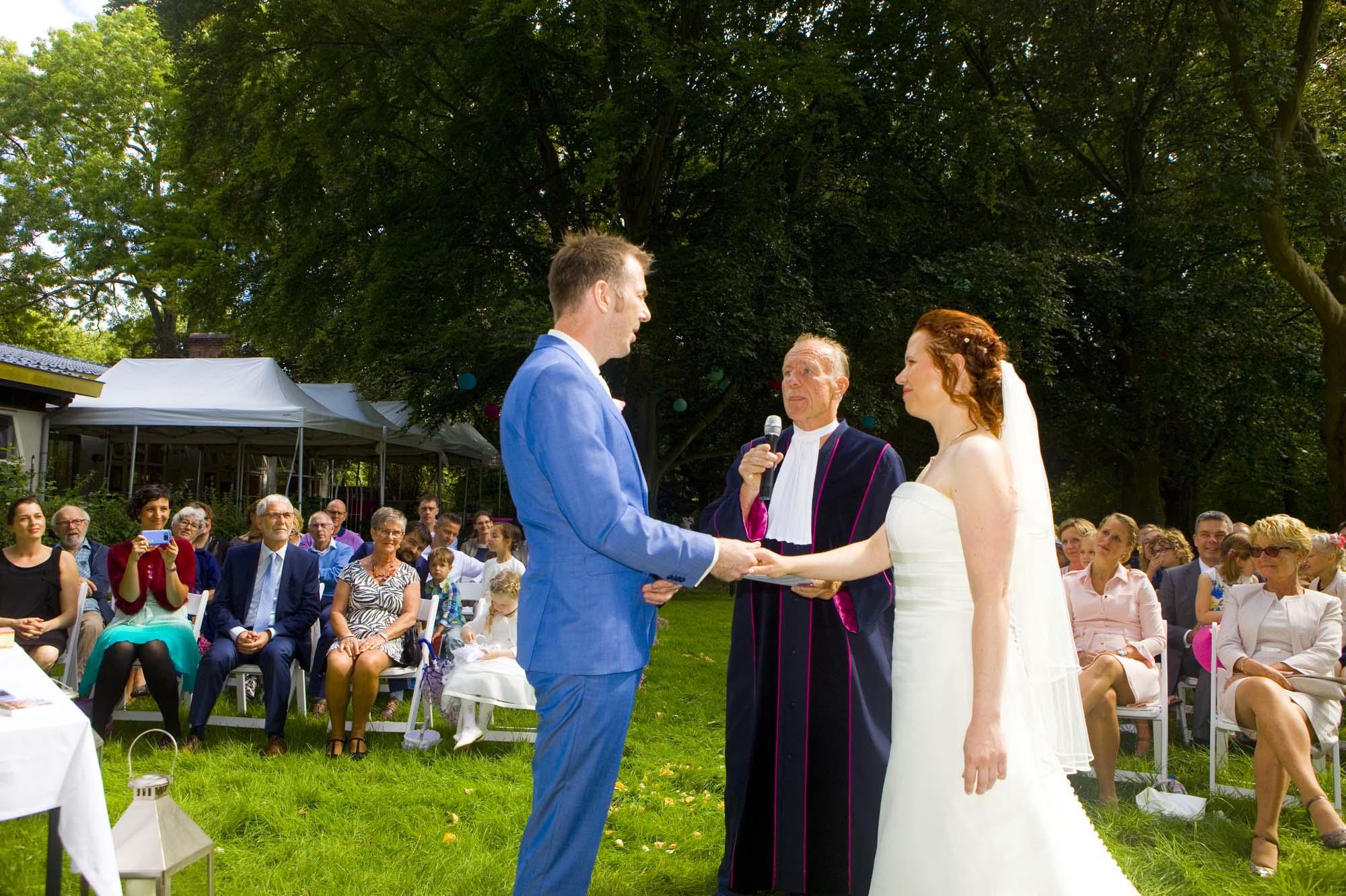 Bruidsfotografie bruiloft jawoord ceremonie buiten Hertenhorst Delft