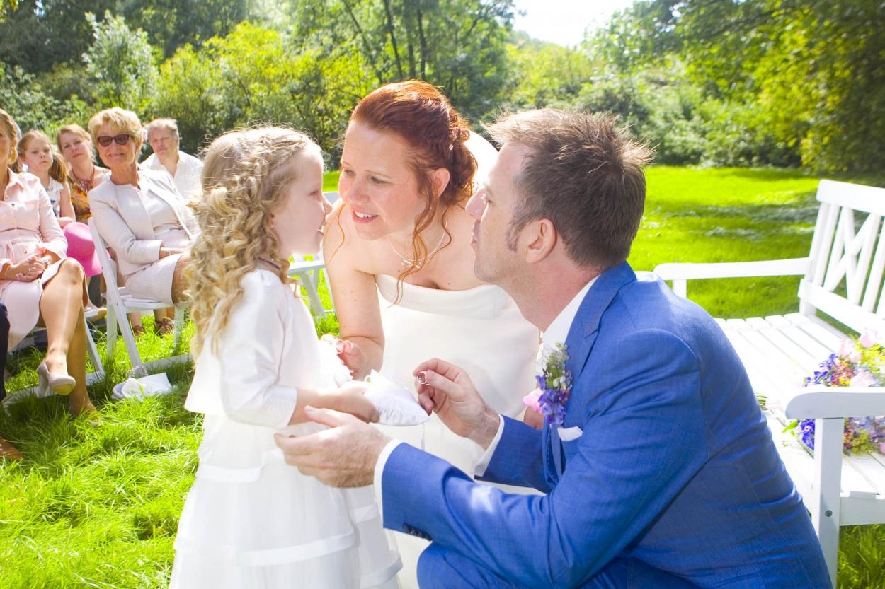 Bruidsfotografie bruiloft ringen bruidsmeisje ceremonie buiten Hertenhorst Delft